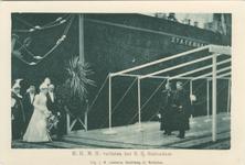 PBK-1983-341 Koningin Wilhelmina en koningin-moeder Emma velaten het s.s. Statendam tijdens het bezoek op 9 juni 1899.