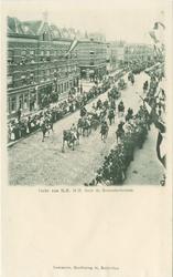 PBK-1983-343 De tocht door de Zomerhofstraat tijdens het bezoek Koningin Wilhelmina en koningin-moeder Emma op 9 juni 1899.