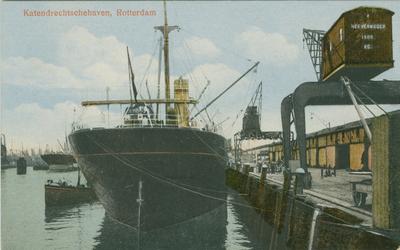 PBK-1983-411 Een schip aangemeerd aan de kade van de 1e Katendrechtsehaven, bij een hijskraan met een hefvermogen van ...