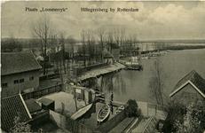 PBK-1983-412 De achterzijde van Plaats Lommerrijk, voorheen Vrouw Romein aan de westzijde van de Straatweg. Op de ...