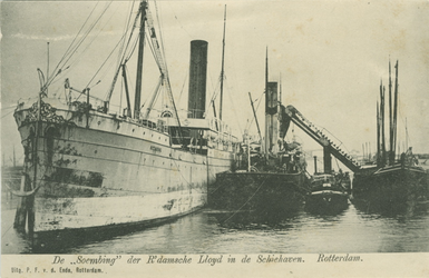PBK-1983-539 Overslag van goederen bij schepen in de Schiehaven.