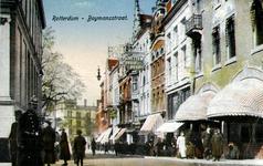 PBK-1983-65 Gezicht in de Boijmansstraat, op de voorgrond links een politieman en op de achtergrond een gedeelte van ...