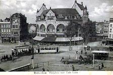 PBK-1983-67 Hofplein met café Loos. Op de voorgrond links een gedeelte van de Schiebrug.