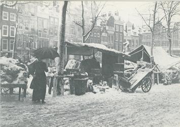 PBK-1983-92 De besneeuwde Grotemarkt tijdens een marktdag, vanuit het zuidwesten. Rechts het standbeeld van Erasmus. Op ...