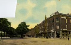 PBK-1984-25 Gezicht in de Hillelaan. Rechts het café van T. Dijkstra op de hoek van de Korte Hillestraat.