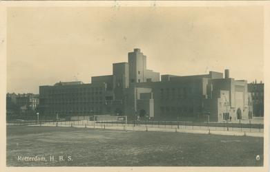 PBK-1985-133 Gezicht op het Afrinkaanderplein met het H.B.S. schoolgebouw