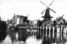 PBK-1985-170 Gezicht op de Admiraliteitskade, met oliemolen 'De Reus' op de hoek van de Infirmeriestraat.