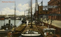 PBK-1985-174 Binnenvaartschepen aan de oostelijke Rijnhavenkade, voor goederen- overslag.