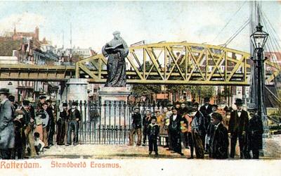 PBK-1985-193 Gezicht op het standbeeld van Erasmus aan de Grotemarkt. Op de achtergrond de spoorbrug