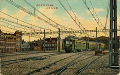 PBK-1985-206 Een trein komt station Hofplein binnen.