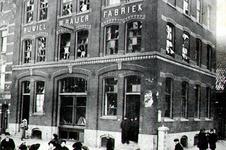 PBK-1985-219 Duizenden ruiten van panden aan de Maaskade sneuvelen na de ontploffing op het rijnschip Gutenberg.