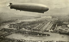 PBK-1985-24 De Graf Zeppelin boven de Nieuwe Maas en het Noordereiland met daarachter de Koningshaven. Verder de ...