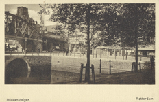 PBK-1985-29 Middensteiger hoek Moriaansplein. Op de voorgrond een gedeelte van de Kolk. Links het spoorwegviaduct en op ...