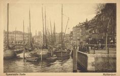 PBK-1985-31 Gezicht op de Oudehaven uit het zuiden, vanaf de Koningsbrug, rechts goederen op de Spaansekade.