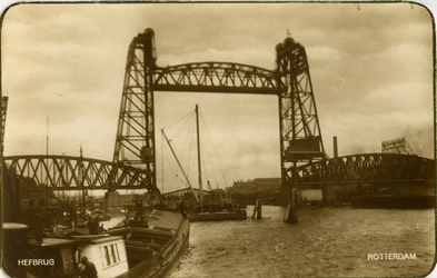 PBK-1985-47 De spoorweghefbrug gezien uit het noordwesten, op de achtergrond de oude draaibrug en de hulpbrug voor de ...