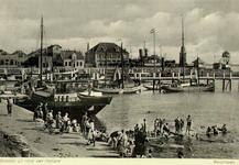 PBK-1986-289 Zwemmers in de Berghaven, uit het noorden. Op de achtergrond de vuurturen en de uitkijktoren.