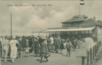 PBK-1986-297 Op weg naar het strand in Hoek van Holland.