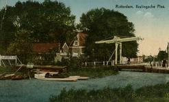 PBK-1987-1050 Gezicht op de Kralingse Plas. In het midden een ophaalbrug. Op het bord links worden zeil- en roeiboten ...