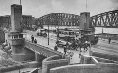 PBK-1987-122 De Willemsbrug en de spoorbrug over de Nieuwe Maas aan de zijde van de Maaskade.