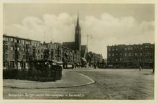 PBK-1987-1238 Burgemeester Meineszplein vanuit de van Cittersstraat, uit het zuidwesten. Links de Sint-Willebrorduskerk ...