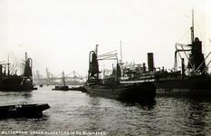 PBK-1987-1338 Vrachtschepen en binnenvaartschepen met elevators voor het overslaan van graan in de Rijnhaven.