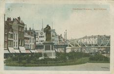 PBK-1987-148 Grotemarkt met het standbeeld van Erasmus. Op de achtergrond het spoorwegviaduct en het Moriaansplein.