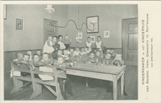 PBK-1987-1541 Een groep kinderen en vier leidsters in de kinderkamer van het Kinderhuis aan de Van Speykstraat 149.