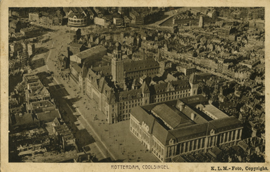 PBK-1987-194 Luchtopname van de Coolsingel met postkantoor en stadhuis vanuit het zuidwesten.