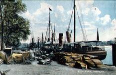 PBK-1987-263 Aangemeerde schepen aan de kade van de Boomjes. Op de achtergrond de Willemsbrug en de spoorbrug, uit het ...