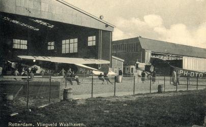 PBK-1987-307 Gezicht op de hangars van de KLM op het Vliegveld Waalhaven. Links hangar A, waarin aan de Fokkers PH-AEZ ...