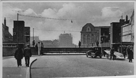 PBK-1987-479 De Meentbrug over de Delftsevaart omhoog, op de achtergrond hotel Atlanta in aanbouw.