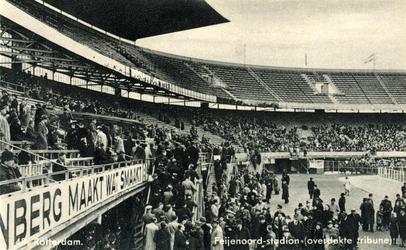 PBK-1987-502 Gezicht op de overdekte tribune met publiek in het Feyenoord Stadion.