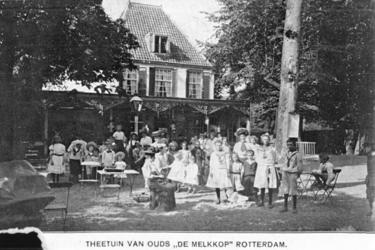 PBK-1987-542 Kinderen in de tuin van theetuin De Melkkop aan de Westzeedijk.