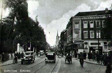 PBK-1987-658 Kruiskade vanuit het westen. Op de achtergrond rechts de Westerkerk. Op de voorgrond de Diergaardebrug. ...