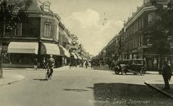 PBK-1987-659 Gezicht in de Zwart Janstraat, op de achtergrond de Noordmolenstraat. De zijstraat op de voorgrond is de ...