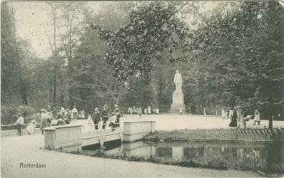 PBK-1987-663 Het standbeeld van Tollens, ter hoogte van de brug, in het Park aan de Westzeedijk.