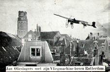 PBK-1987-719 Jan Olieslagers vliegt met zijn machine boven de stad. Mensen kijken vanaf de daken naar de vliegtocht.