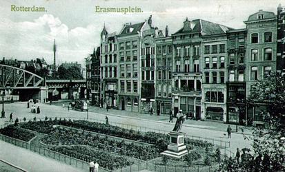 PBK-1987-789 Gezicht op de Grotemarkt . Op de voorgrond het standbeeld van Erasmus. Rechts het spoorwegviaduct.