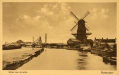 PBK-1987-837 Gezicht op de Rotterdamse Schie met de zagerij ' De Koe ' aan de Vlaggemanskade. Rechts houtzaagmolen De ...