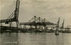 PBK-1988-150 Brugkranen voor het lossen van erts en steenkool bij Thomsen's Havenbedrijf aan de noordzijde van de Maashaven.