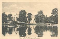 PBK-1988-203 Gezicht over de grote vijver naar de Slotlaan. Van links naar rechts de villa's Het Nieuwe Slot, Het Oude ...
