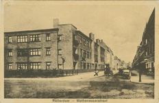 PBK-1989-85 Appartementencomplex van de Stichting 'Mathenesserhof'aan de noordzijde van de Mathenesserstraat tussen de ...