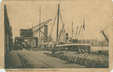 PBK-1990-131 Het laden en lossen van schepen aan de oostzijde van de Rijnhaven.