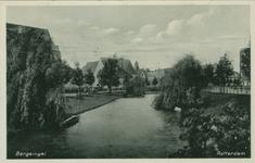 PBK-1990-18 De Bergsingel. Op de achtergrond links de rooms-katholieke Familiekerk, gezien uit het zuidoosten vanaf de ...