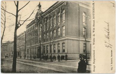 PBK-1990-403 Het gebouw van de Hogere Burger School voor meisjes, gebouwd in 1873, op de hoek van de Witte de ...