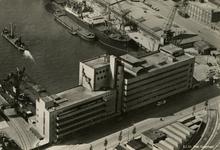 PBK-1990-418 Luchtopname van het HAKA-gebouw van de Coöperatieve Groothandelsvereeniging De Handelskamer, aan de ...