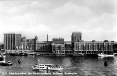PBK-1990-57 Schepen in de Maashaven, op de achtergrond de achterzijde van de meelfabrieken van Meneba aan de Brielselaan.