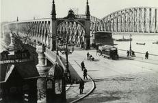PBK-1991-109 Gezicht op de Willemsbrug en rechst de spoorbrug over de Nieuwe Maas, uit het zuiden.