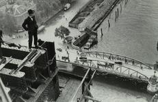 PBK-1991-110 Man op de Hef met uitzicht op de Koningshaven tijdens de bouw van de heftorens van de spoorbrug. Rechts de ...