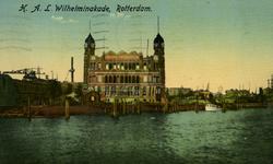 PBK-1991-118 De ingang van de Rijnhaven en het Koninginnehoofd.Op de achtergrond het kantoorgebouw van de ...